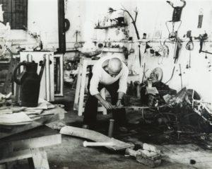 Pablo Picasso dans son atelier - André Villers (1953)